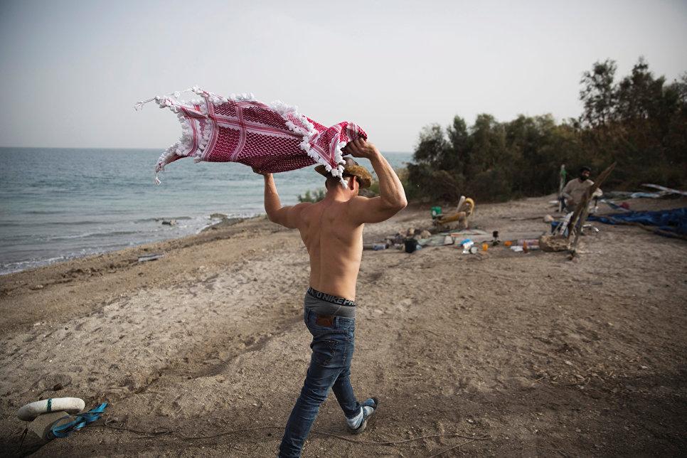 Мужчина на берегу Мертвого моря