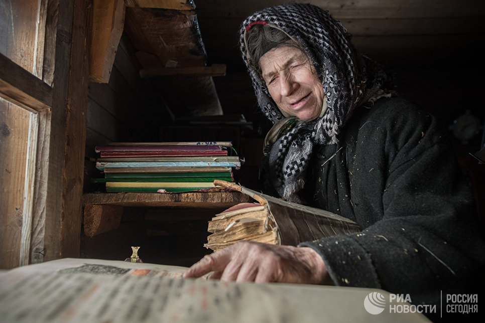Младшая из семьи Лыковых во время молитвы.
