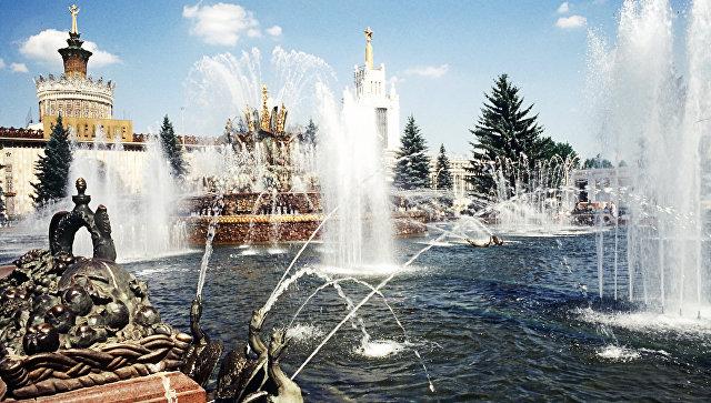 Фонтан Каменный цветок на ВДНХ. На переднем плане – одна из тумб, где планировалось разместить название республики, входящей в Советский Союз.
