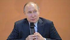 Президент РФ Владимир Путин во время участия в VI Всероссийском форуме рабочей молодежи. 6 марта 2018