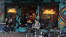 Посетители кофешопа в Амстердаме