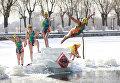 Женщина прыгает в замерзшее озеро в Шэньяне в северо-восточной провинции Ляонин Китая