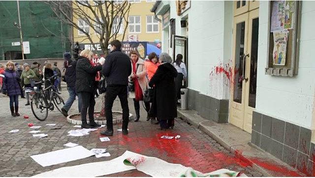 В Ужгороде участников акции по защите прав женщин облили краской