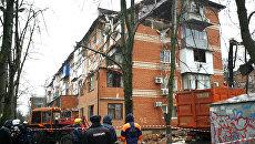 Сотрудники полиции и МЧС на месте взрыва газа в жилом доме в Краснодаре. 10 марта 2018
