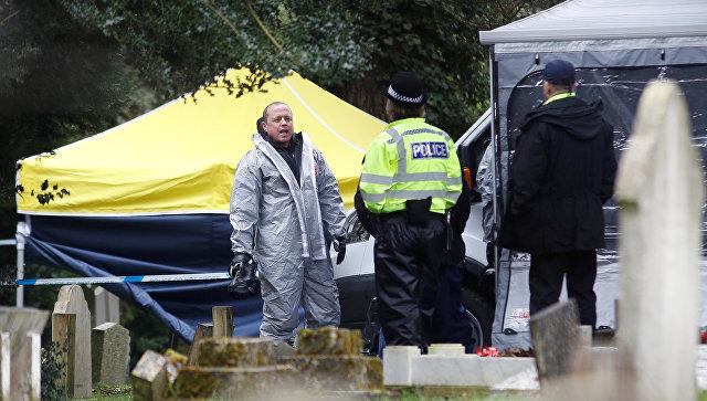 Члены аварийных служб в защитных костюмах работают на кладбище в Солсбери, Великобритания. Архивное фото