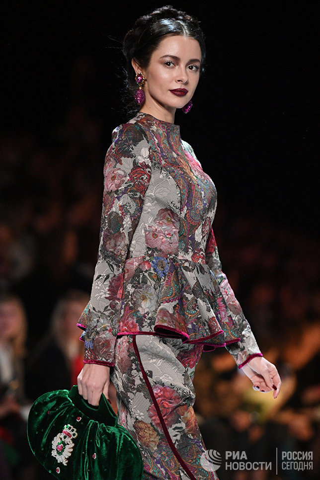 Модель демонстрирует одежду из новой коллекции дизайнера Вячеслава Зайцева в рамках Mercedes-Benz Fashion Week Russia в Центральном выставочном зале Манеж в Москве