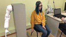 Девушка двигает воображаемой рукой в лаборатории ученых из Саратова
