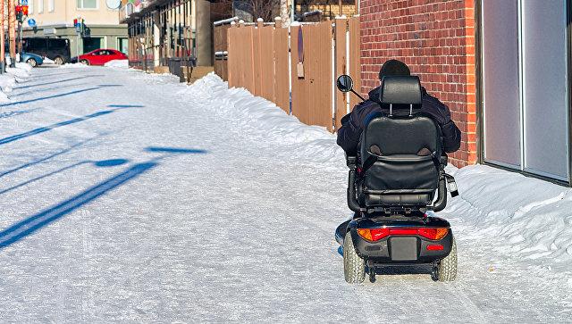 Инвалидная коляска с приводом. Архивное фото