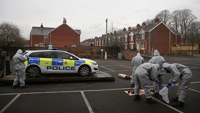 Британские военные эвакуируют полицейский автомобиль в Солсбери, Великобритания. 11 марта 2018