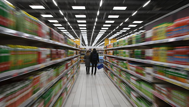 Покупатели в супермаркете сети Лента