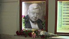 Цветы у портрета Табакова в МХТ имени Чехова