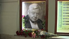 Цветы у портрета Олега Табакова в МХТ имени Чехова. Архивное фото