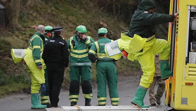 Сотрудники правоохранительных органов Великобритании и скорая помощь во время следственных мероприятий по делу об отравлении экс-разведчика Скрипаля