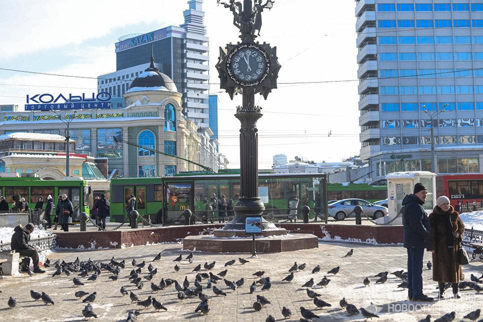 Часы на улице Баумана. Слева ТЦ Кольцово и отель Казань.