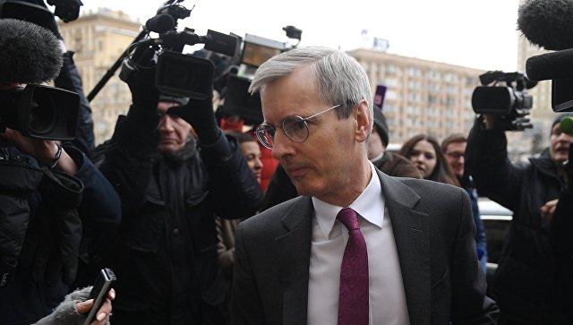 Посол Великобритании в России Лори Бристоу, прибывший в МИД РФ, и журналисты у высотки российского министерства. 13  марта 2018