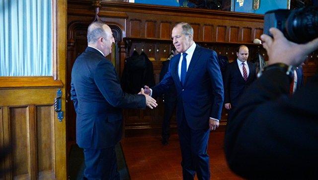 Министр иностранных дел России Сергей Лавров и глава МИД Турции Мевлют Чавушоглу во время встречи