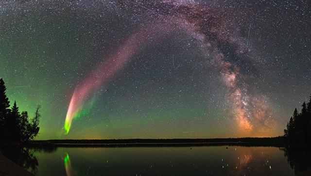 Фиолетовое сияние в канадской Арктике