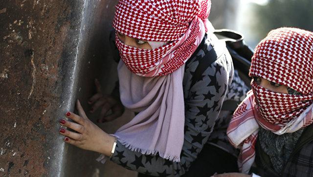 Девушки с масками во время столкновений с израильскими солдатами. Архивное фото