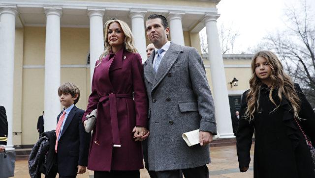 Сын президента США Дональд Трамп-младший с супругой Ванессой Трамп и детьми,  Дональдом Трампом III и Каи Трамп, после посещения церковного служения в Епископальной церкви Св. Иоанна напротив Белого дома в Вашингтоне