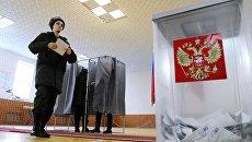 Военнослужащий голосует на выборах президента Российской Федерации. Архивное фото
