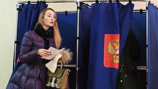 Женщина на избирательном участке №2237 в Санкт-Петербурге во время выборов президента Российской Федерации. 18 марта 2018