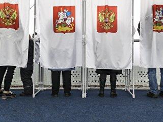 Избиратели во время голосования. Архивное фото