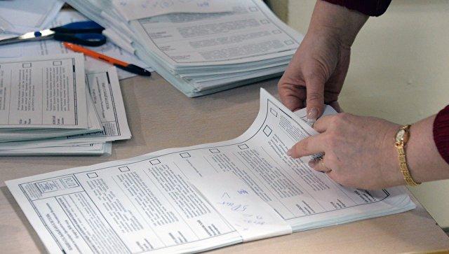 Члены избирательной комиссии во время подсчета голосов на одном из избирательных участков во Владивостоке. 18 марта 2018