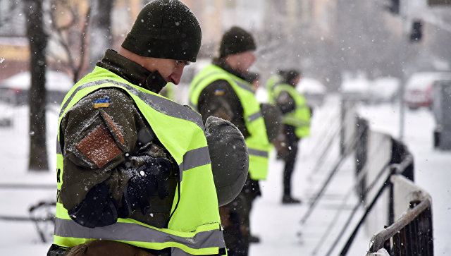Сотрудники МВД Украины и представители националистических организаций блокируют здание консульства РФ во Львове в связи с выборами президента РФ. 18 марта 2018