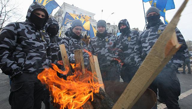 Сотрудники МВД Украины и представители националистических организаций блокируют здание посольства РФ в Киеве в связи с выборами президента РФ. 18 марта 2018