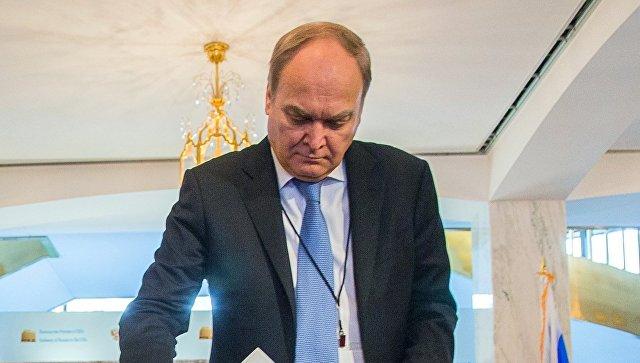 Посол РФ в США Анатолий Антонов на избирательном участке в посольстве РФ в Вашингтоне во время голосования на выборах президента РФ