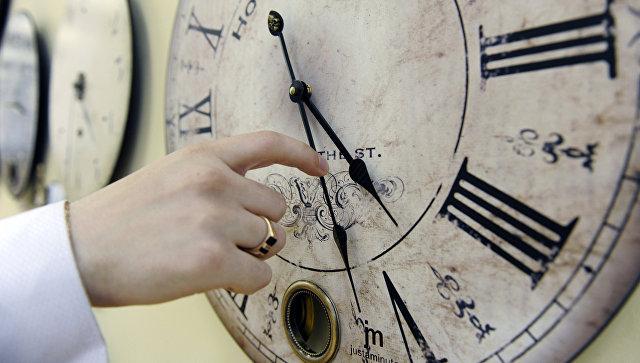 Перевод стрелок на часах, архивное фото