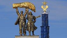 Скульптура Тракторист и колхозница на арке Главного входа ВДНХ. Архивное фото