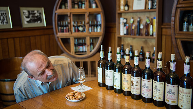 Работа сомелье в дегустационном комплексе винодельческого завода Массандра в Крыму. Архивное фото