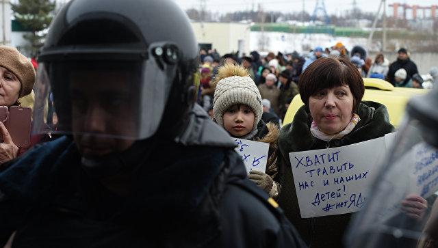 Жительница Волоколамска с плакатами протестуют у здания центральной районной больницы