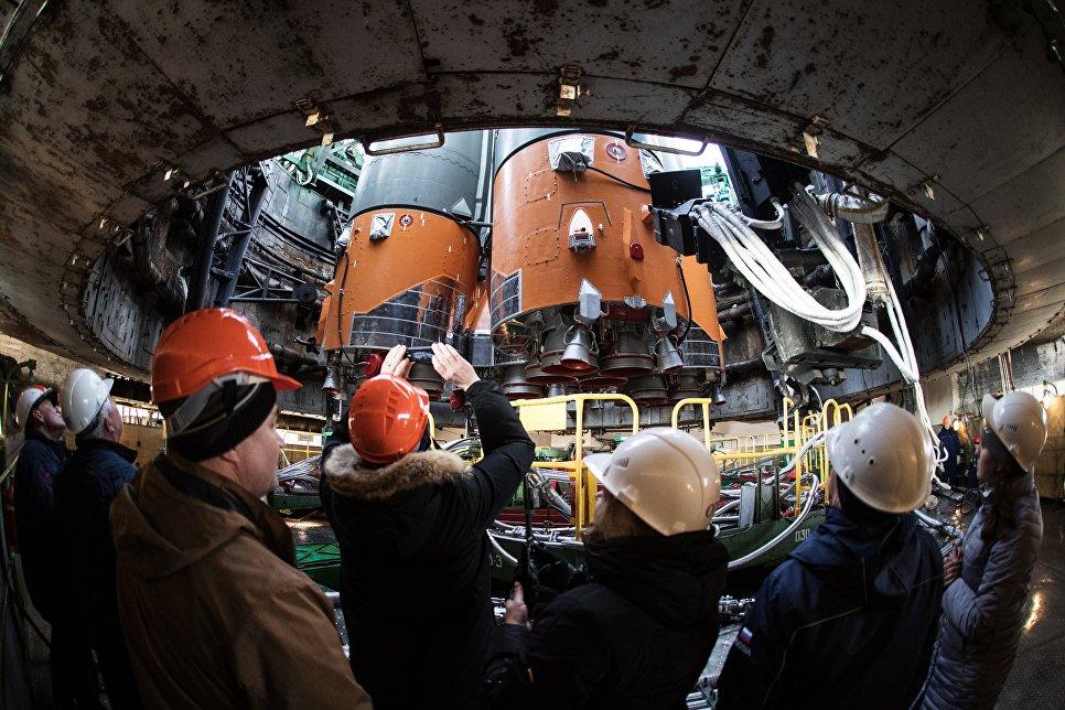 Ракета-носитель с транспортным пилотируемым кораблем Союз МС-08 во время установки на стартовый комплекс космодрома Байконур