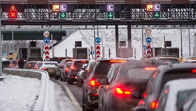 Автомобили на пункте оплаты проезда платного участка автомобильной дороги М-11 Москва - Санкт-Петербург. Архивное фото
