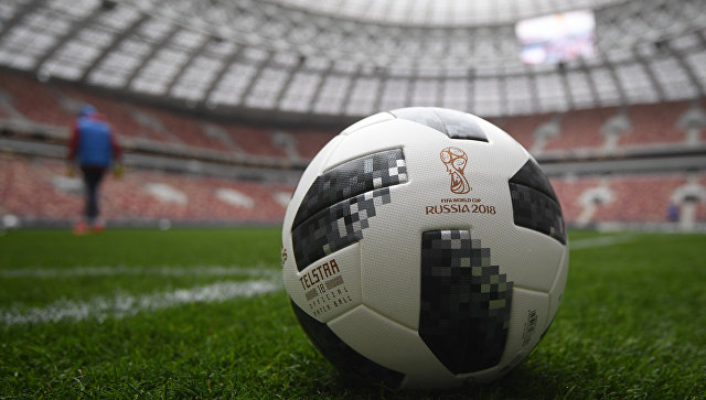Официальный мяч чемпионата мира 2018 по футболу на поле большой спортивной арене Лужники в Москве. Архивное фото