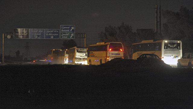 Колонна автобусов с боевиками и членами их семей покидает Восточную Гуту в напривлении города Идлиб. 24 марта 2018