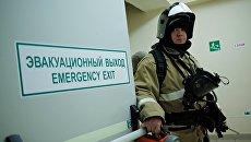 Сотрудник противопожарной службы у эвакуационного выхода во время учений в торговом центре Галерея Краснодар