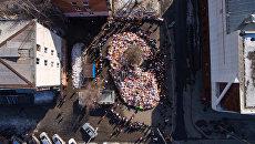 Стихийный мемориал из цветов и воздушных шаров в память о жертвах пожара в торгово-развлекательном центре «Зимняя вишня» в Кемерово. Архивное фото