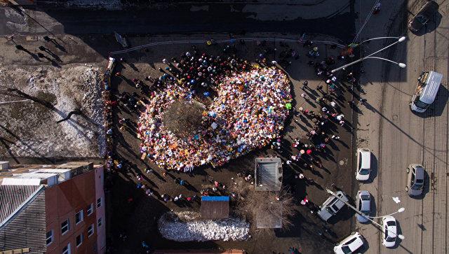 Кемеровчане идут к мемориалу у «Зимней вишни» в девятый день после трагедии