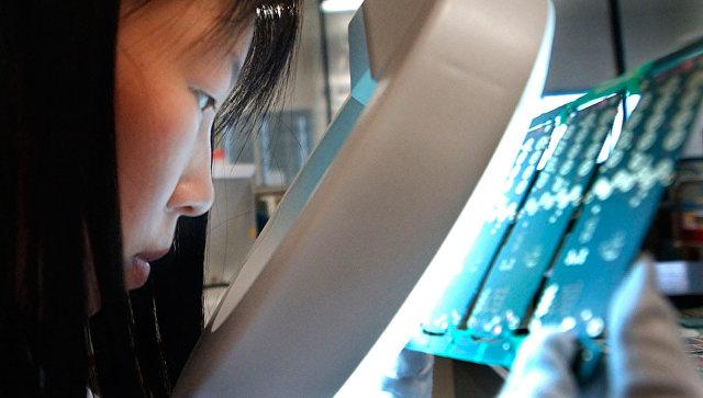 Производство материнских плат для смартфонов на заводе в Шанхае. Архивное фото