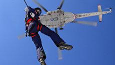 Сотрудник МЧС во время занятий по воздушно-десантной подготовке во время учебно-тренировочного сбора в Хабаровском крае