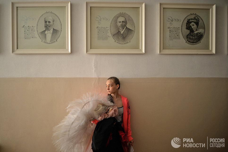 Балерина в холле Новосибирского государственного хореографического училища.