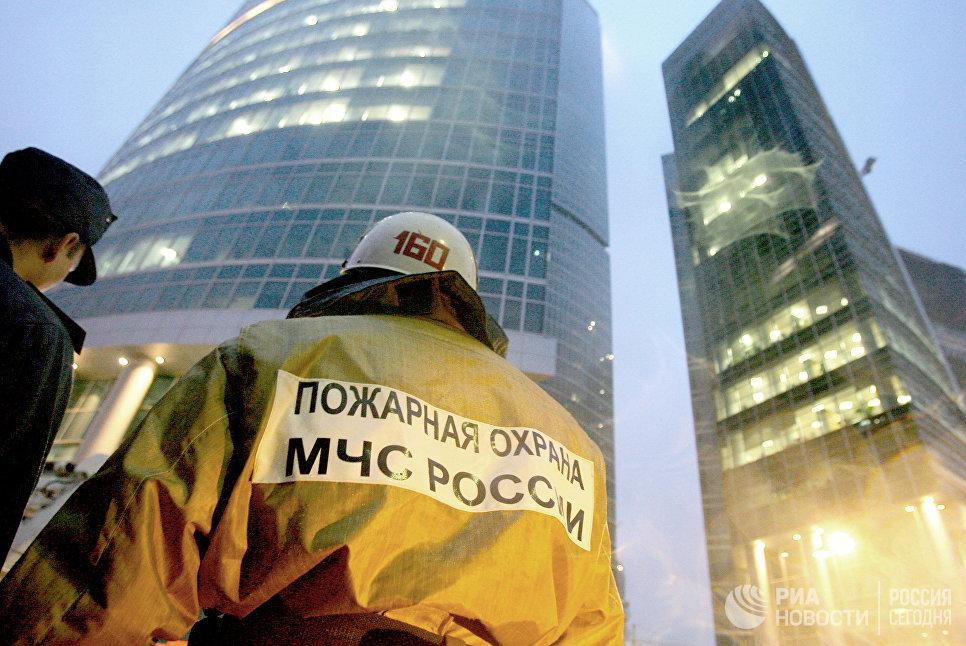 Пожарные у здания Москва - Сити на Краснопресненской набережной. Архив