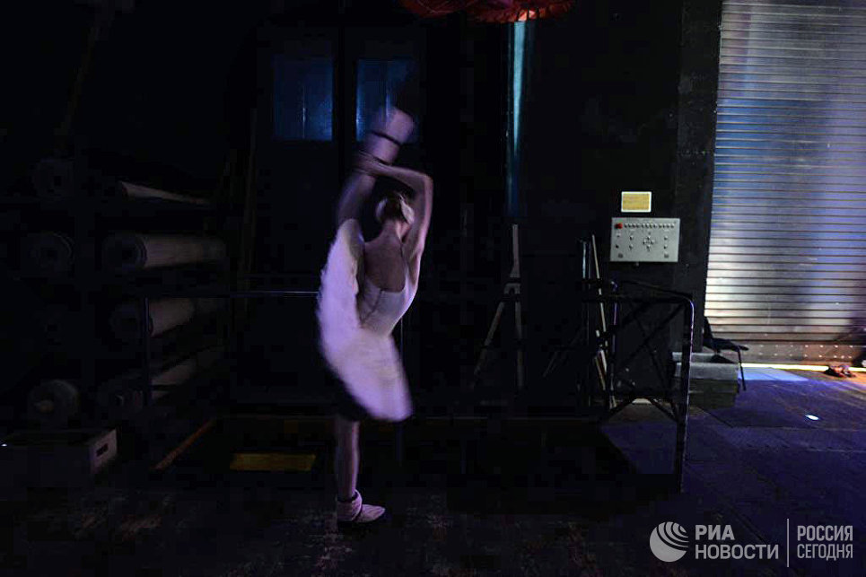 Балерина за кулисами перед выходом на сцену.