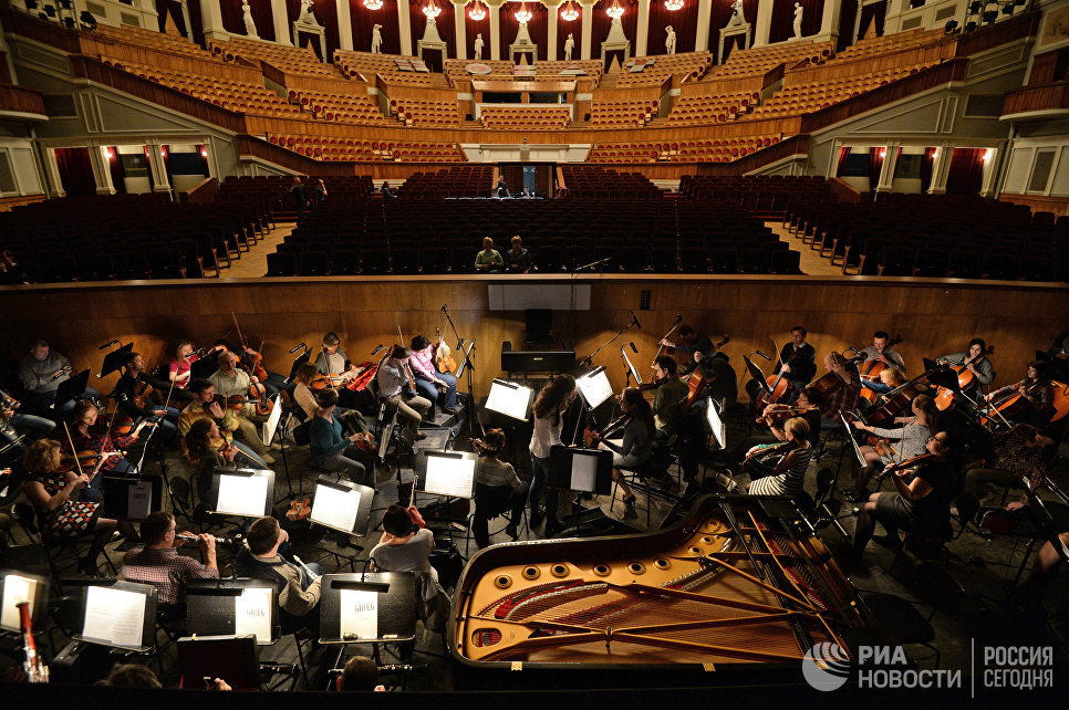 Оркестр во время репетиции в Новосибирском оперном  театре