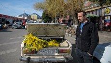 Оптовая продажа мимозы, привезенной из Абхазии, на рынке в селе Веселое Адлерского района. Архивное фото