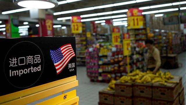Табличка с обозначением импортированных из США товаров в супермаркете в Шанхае. 3 апреля 2018