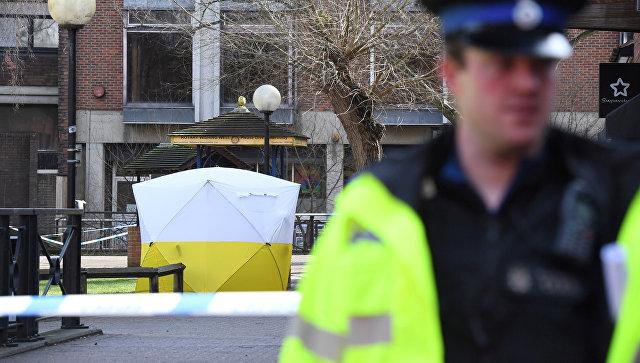 Полицейский в Солсбери рядом с местом, где был найден Сергей Скрипаль и его дочь